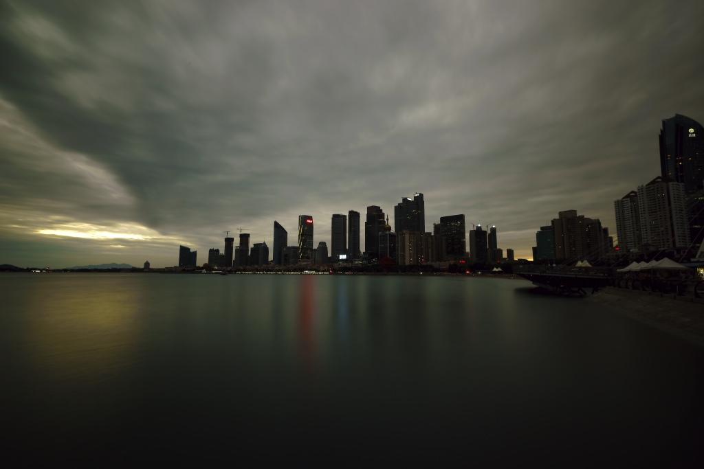 月色港湾作品:夜幕前的岛城