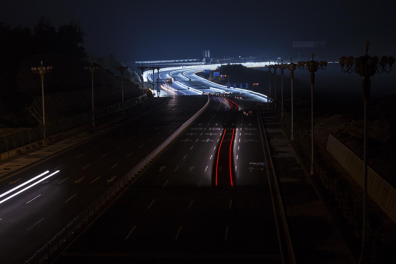 小老者作品:夜幕下高速公路