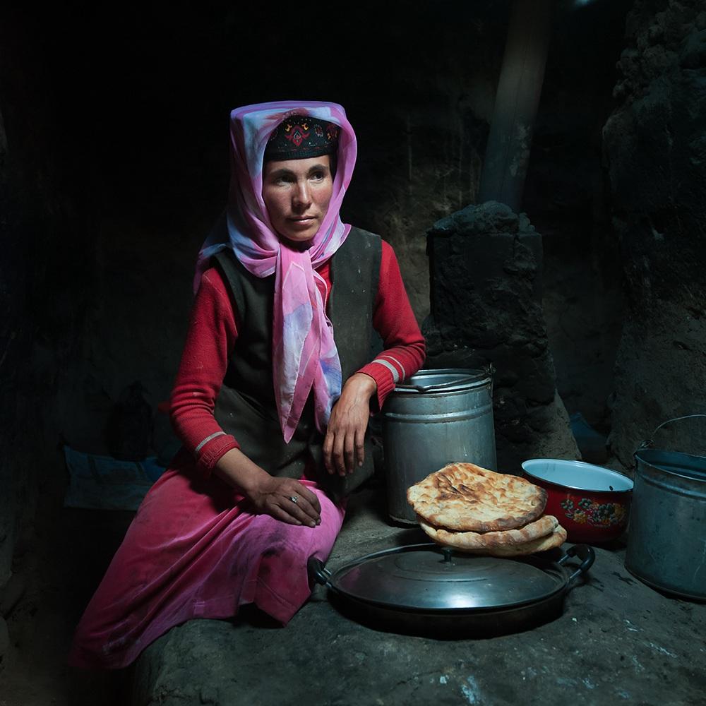 如风0758作品:灶台上的塔吉克女人
