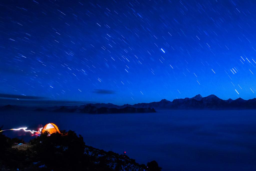 达里湖人作品:月光下的牛背山