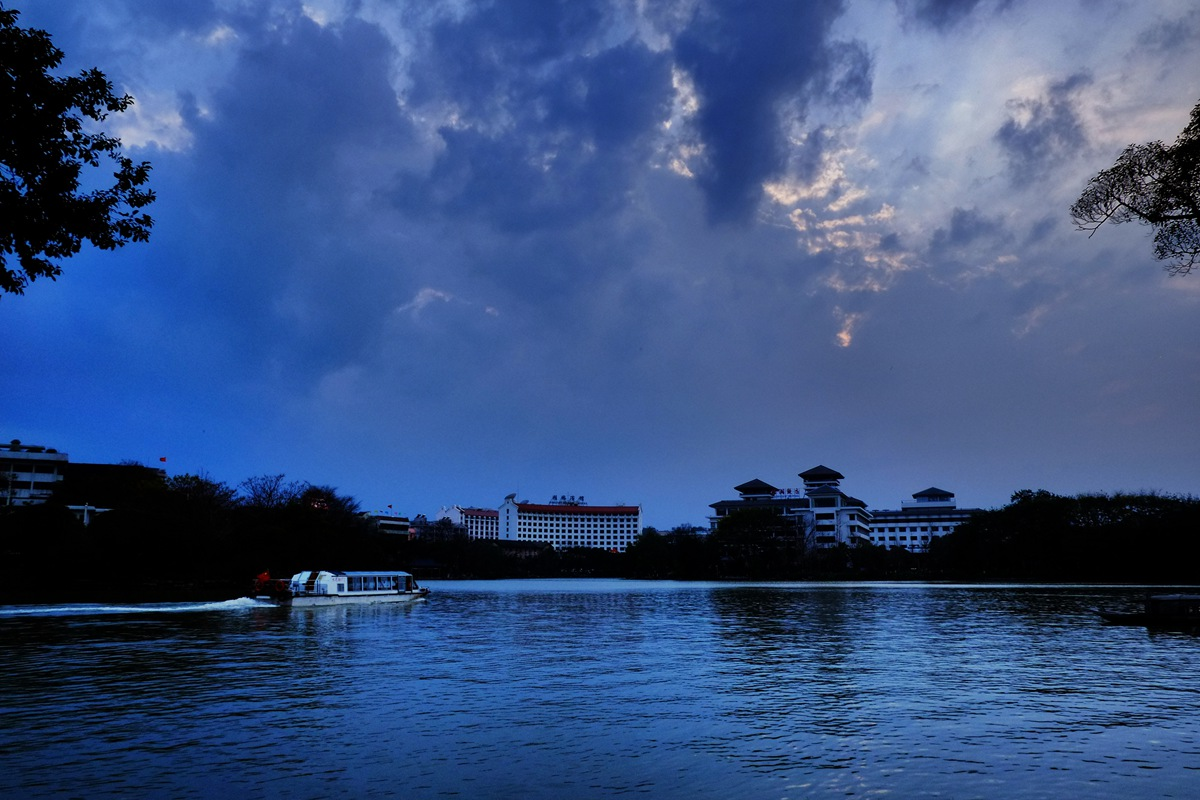 雾之松作品:榕湖的黄昏