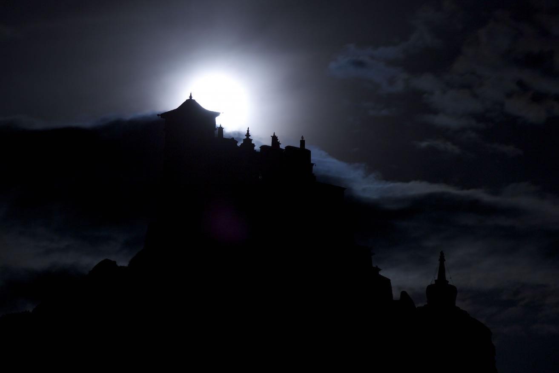 ASU摄不异空作品:月映雍布拉康