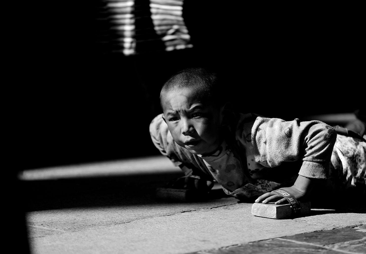 NIEKUN作品:顶礼膜拜的孩子