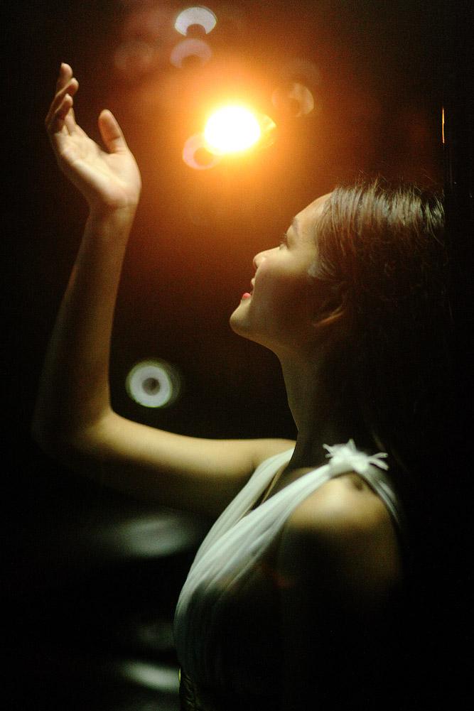 一色夫作品:夜色中的少女
