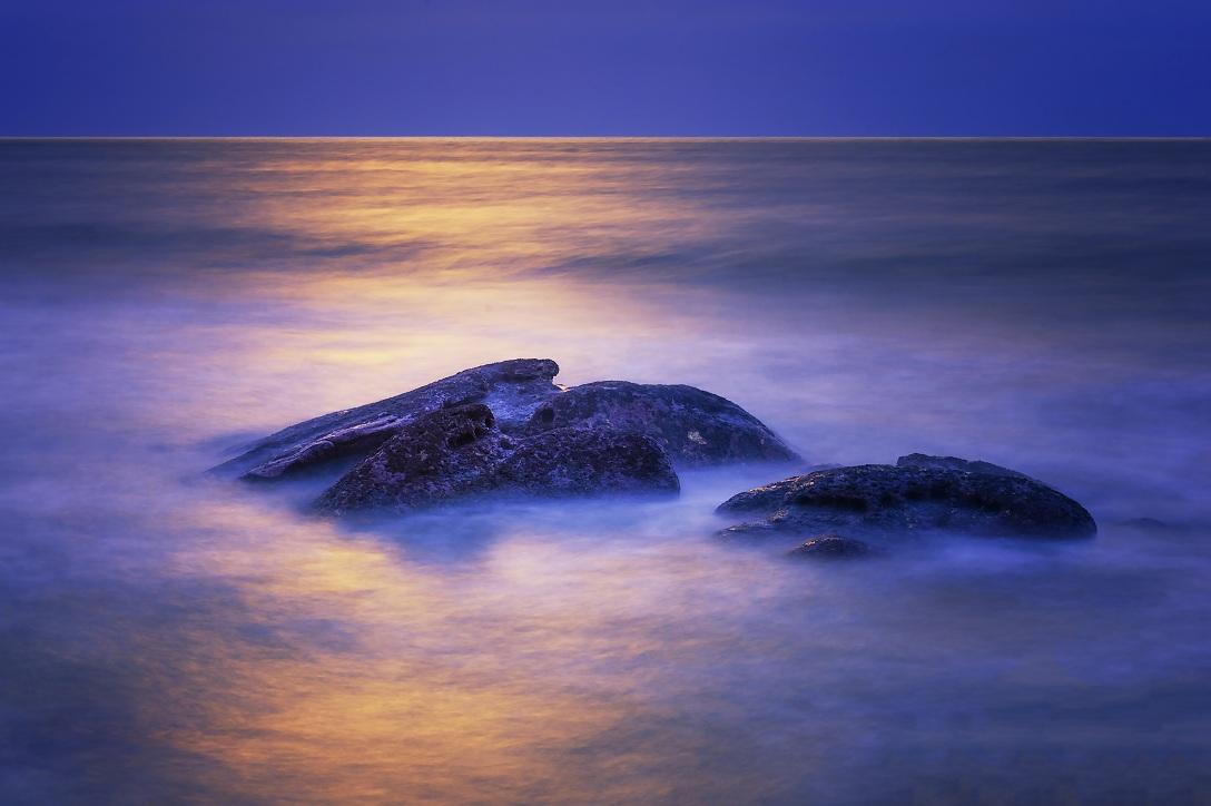 tiancs作品:晨光里的礁石