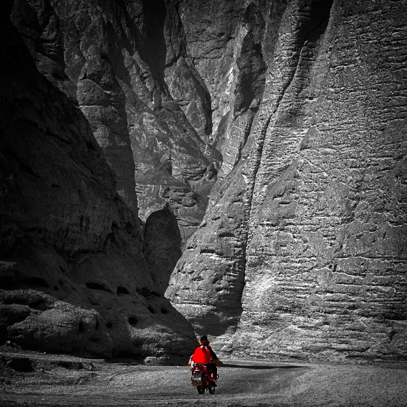 黄赛作品:峡谷之中