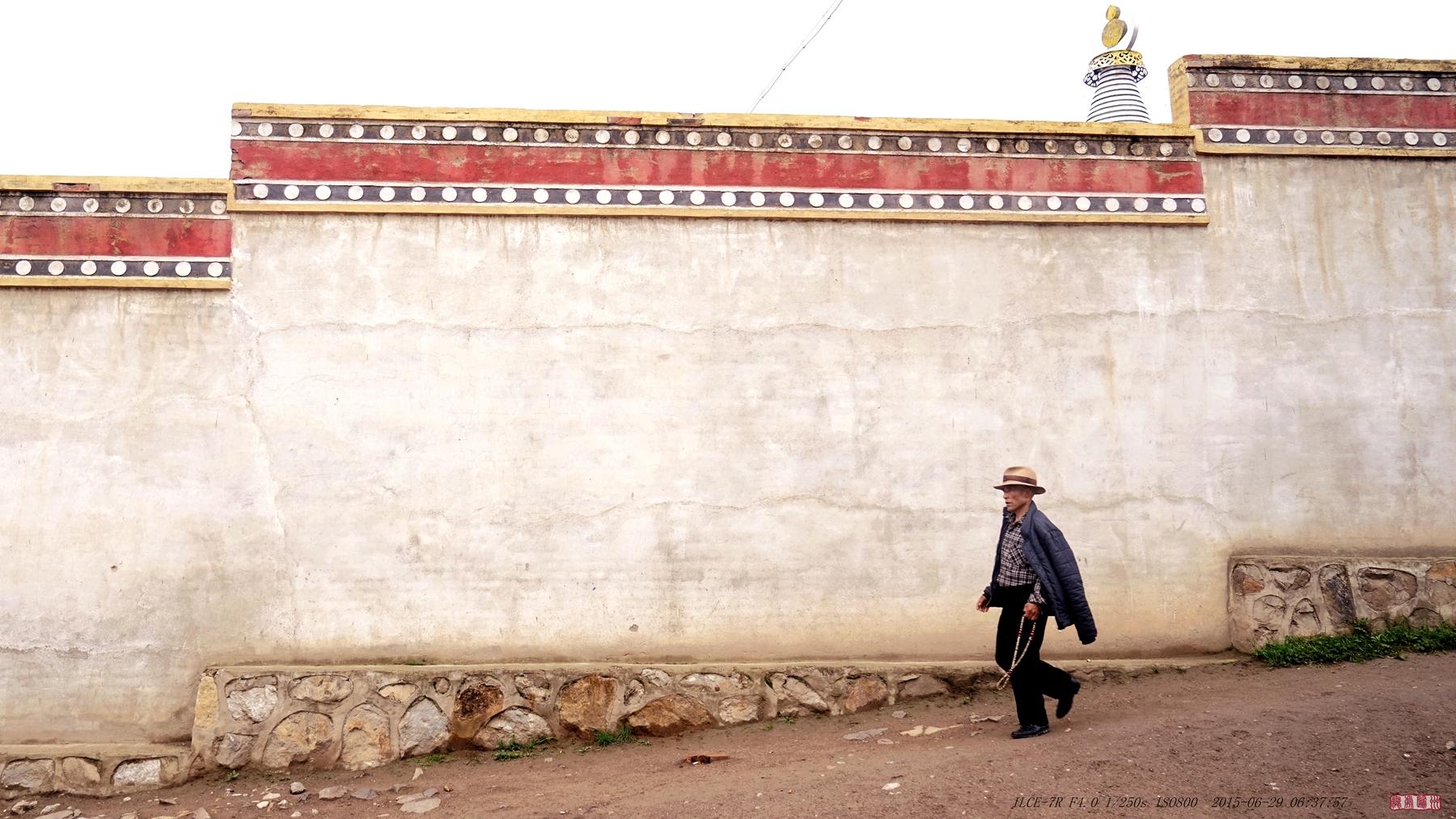 无处归州作品:走在寺院墙外 2