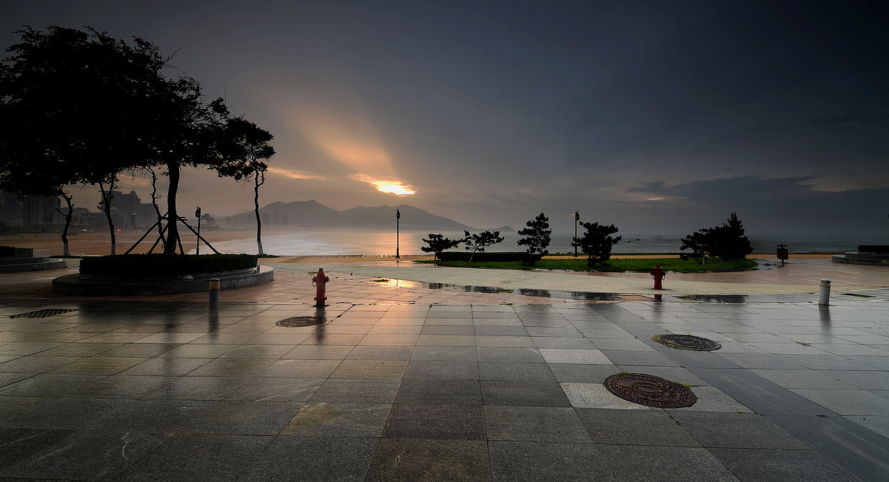 青岛老李作品:青岛的东边日出西边雨