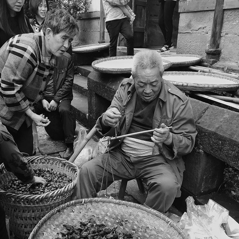 旅行者1971作品:古镇里的生意人