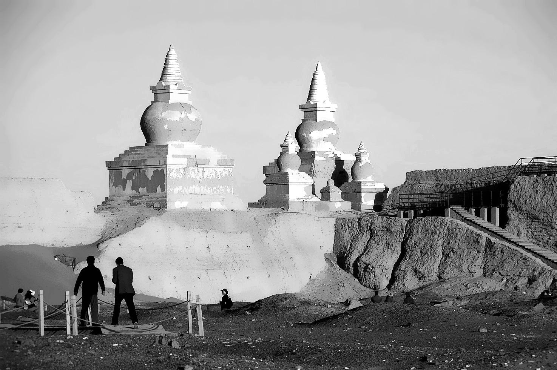 老张喜爱摄影作品:内蒙荒漠古塔