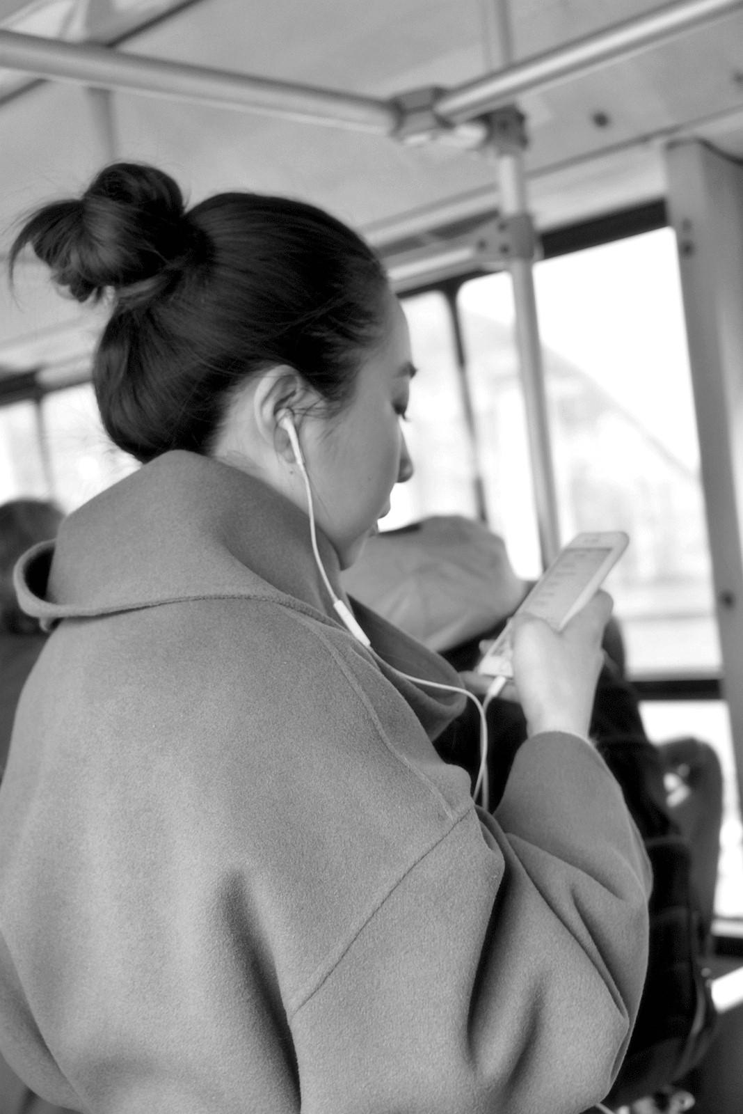 老张喜爱摄影作品:公交车上的美丽背影