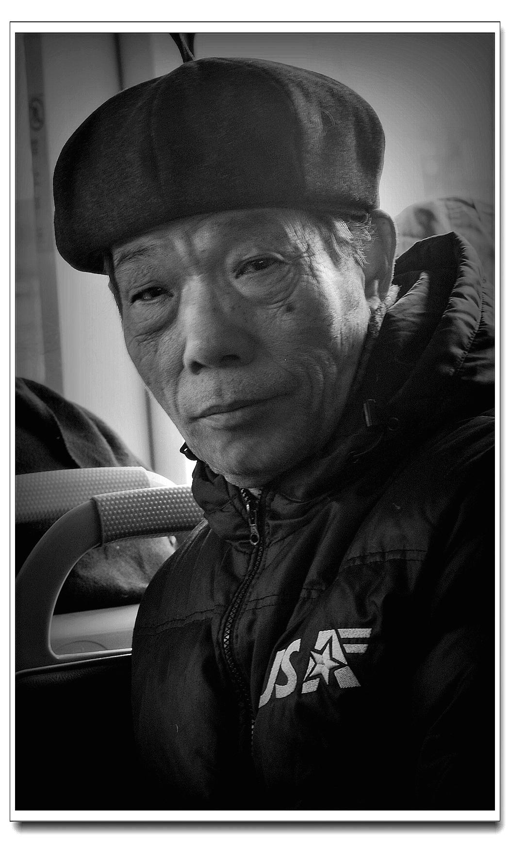 老张喜爱摄影作品:公交车上的老者