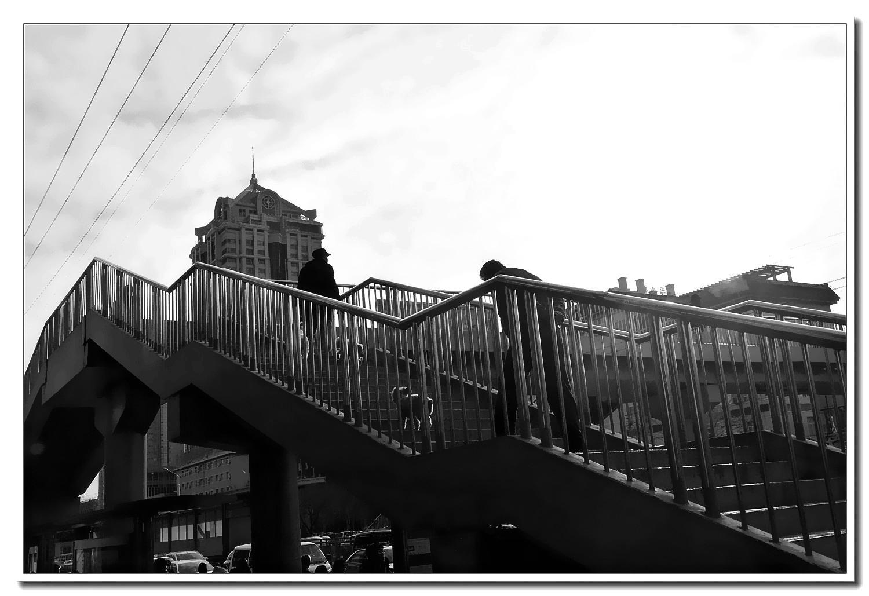 老张喜爱摄影作品:过街天桥上