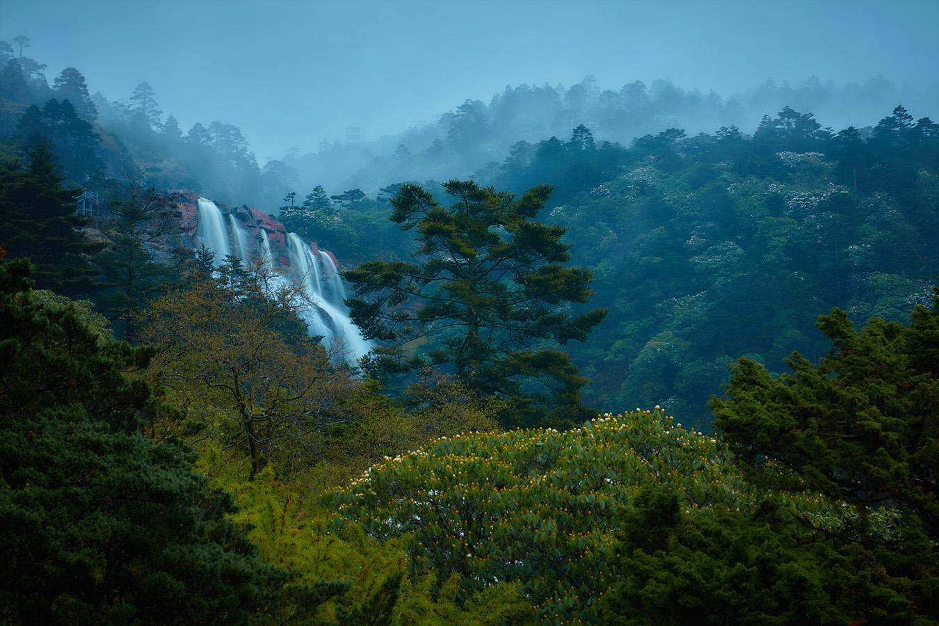 李达明作品:雨雾轿子山