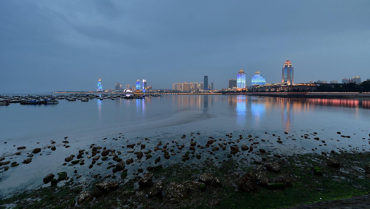 青岛老李作品:青岛华灯初上的海湾