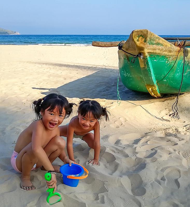 奥巴牛作品:玩沙子的小姐妹