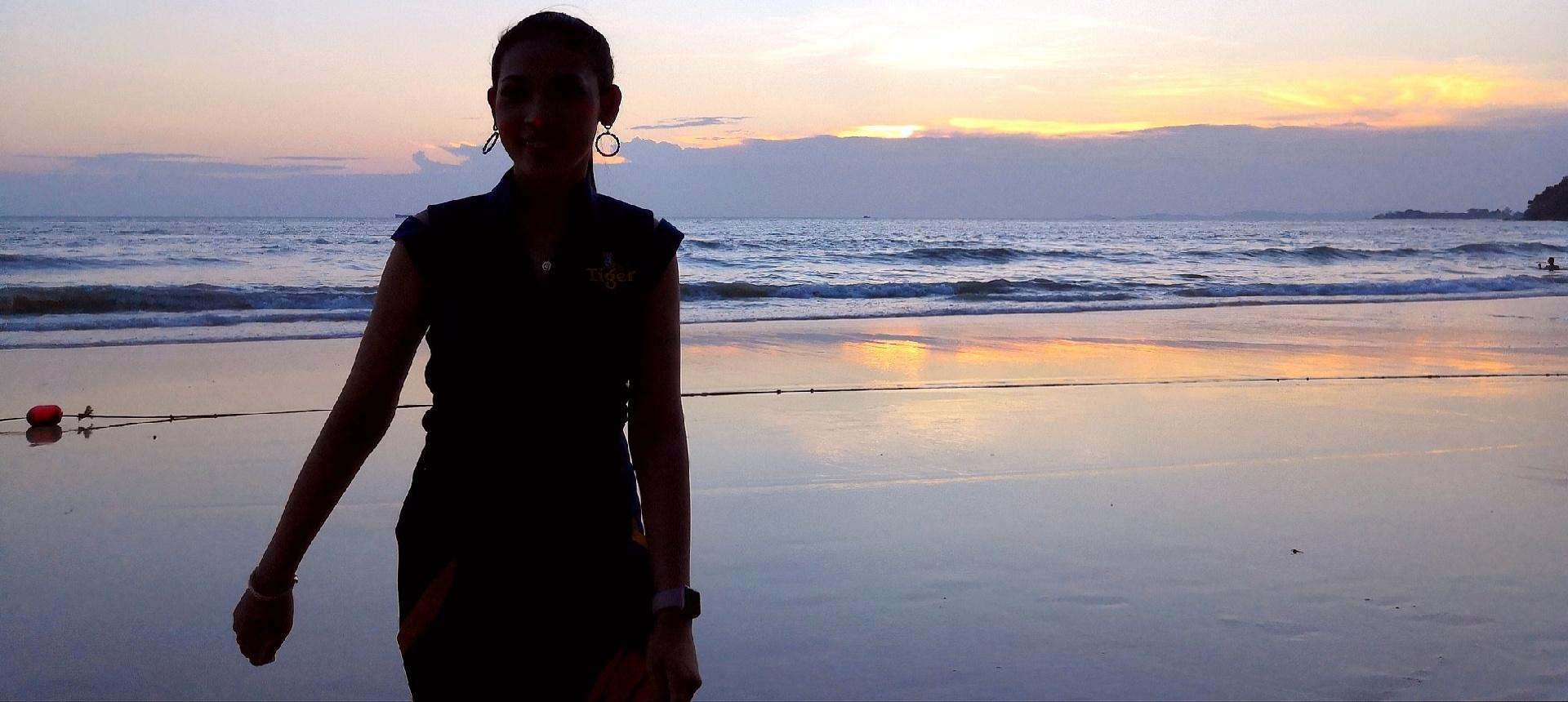 欧阳川作品:海滩倩影