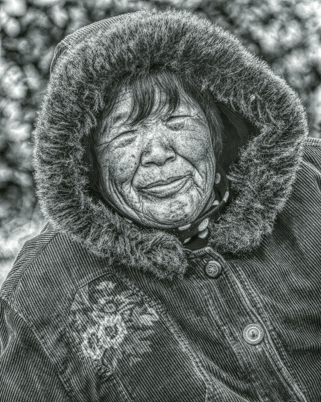 阿番作品:湖边栽树的农民工们