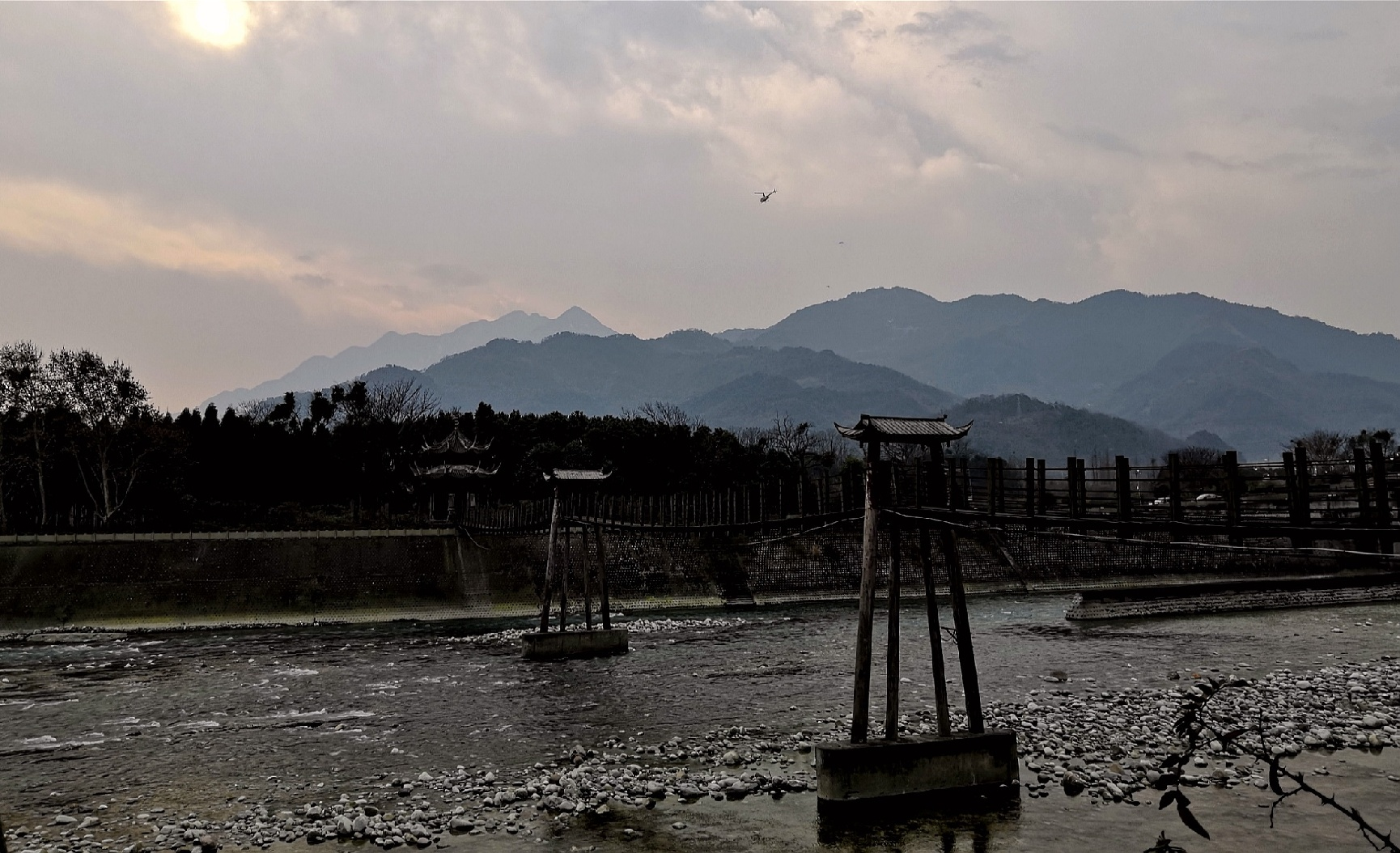 欧阳川作品:岷江索桥