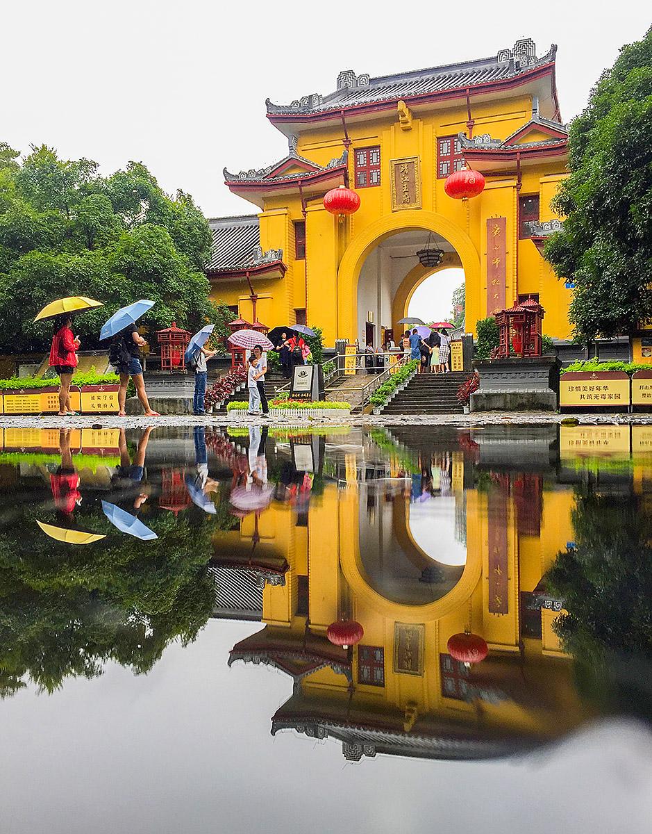 钟乳石作品:靖江王城在雨中