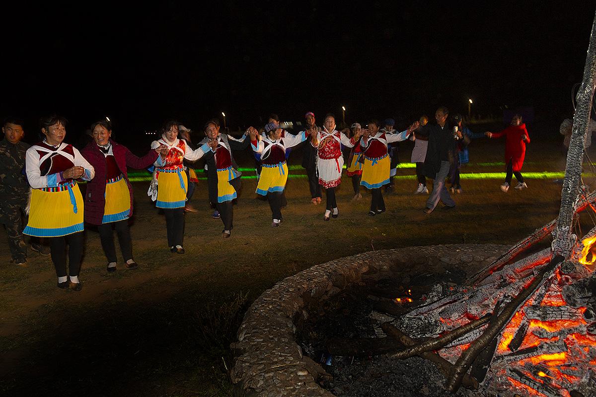钟乳石作品:纳西族的溝火晚会