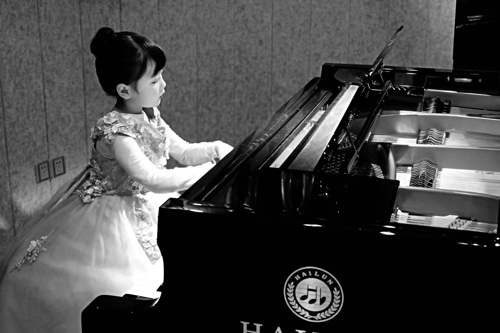 狮子123作品: 琴键上的女孩,