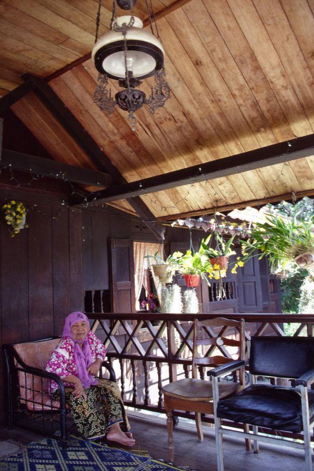 Zippo作品:老房子里的马来西亚老太太