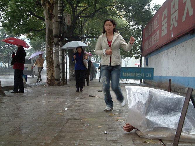 fuhsi作品:雨中行乞的老人