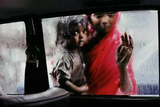 《窗外的母女》(Mother and Child at Car Window),印度孟买,1993. All Images and Original Text ? 2012-2016 Steve McCurry
