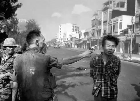 越战最有名的照片档案之一:1968年2月,西贡警察局长在大街上开枪处决一名越共成员。 | 照片:艾迪·亚当斯 © picture alliance/AP Images
