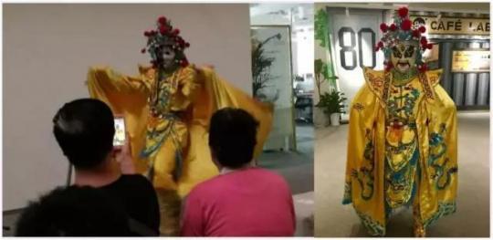 来自云南怒江的傈僳族演员华学良表演变脸,台下的观众大开眼界。