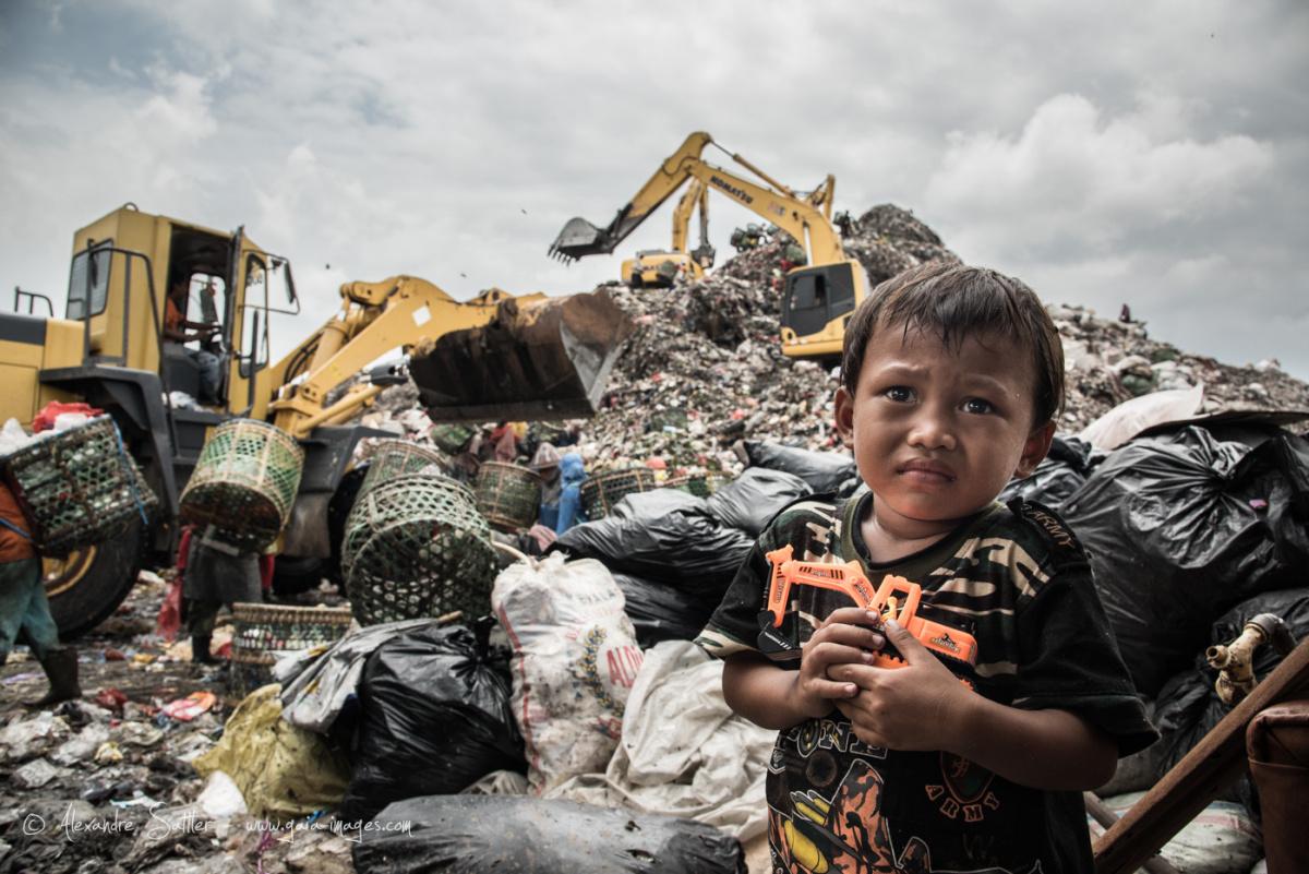 """法国首都是_""""我们只是生在垃圾堆中,并不意味着我们就是垃圾""""_影像_色影"""